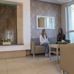 Zdjęcie poczekalni dolnej z kaskadą | Instytut Aspazja